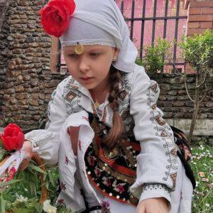 113-годишна автентична плевенска носия облече на Лазарица 6-годишната Леонора Мусева