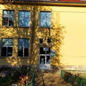 """Дезинфектанти и перилни препарати дариха на училището във Върбица от партия """"Възраждане"""""""