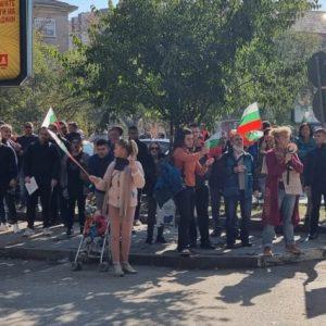 Протестиращи срещу зеления сертификат и новите ковид мерки се събраха пред РЗИ в Плевен